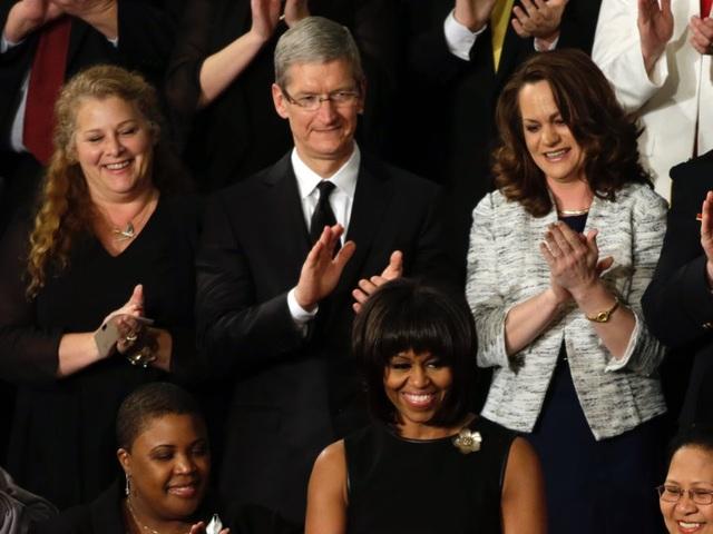 Ít chi tiền cho mục đích cá nhân, nhưng Tim Cook thường xuyên chi tiền ủng hộ các nhà chính trị. Tim Cook đã gây quỹ để ủng hộ cho các chính trị gia, là những ứng cử viên tổng thống Mỹ như Barack Obama hay Hillary Clinton.