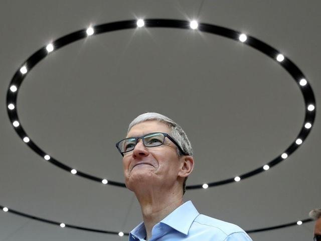 Khác với nhiều CEO công nghệ chỉ nhận mức lương tượng trưng 1USD/năm như Mark Zuckerberg của Facebook hay Larry Page của Alphabet, lương là một khoản thu nhập chính của Tim Cook. Trong năm 2017, Tim Cook nhận mức lương 3 triệu USD với vai trò CEO của Apple. Mức lương này đã tăng lên đến kể so với mức 900.000USD/năm khi Tim Cook mới ngồi vào chiếc ghế CEO Apple năm 2011.