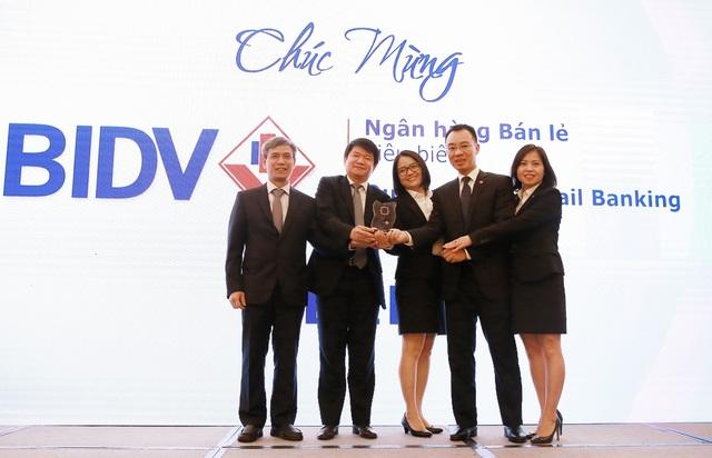 Ông Lê Trung Thành, Phó Tổng giám đốc BIDV và các nhân viên đại diện đội ngũ bán lẻ lên nhận giải thưởng