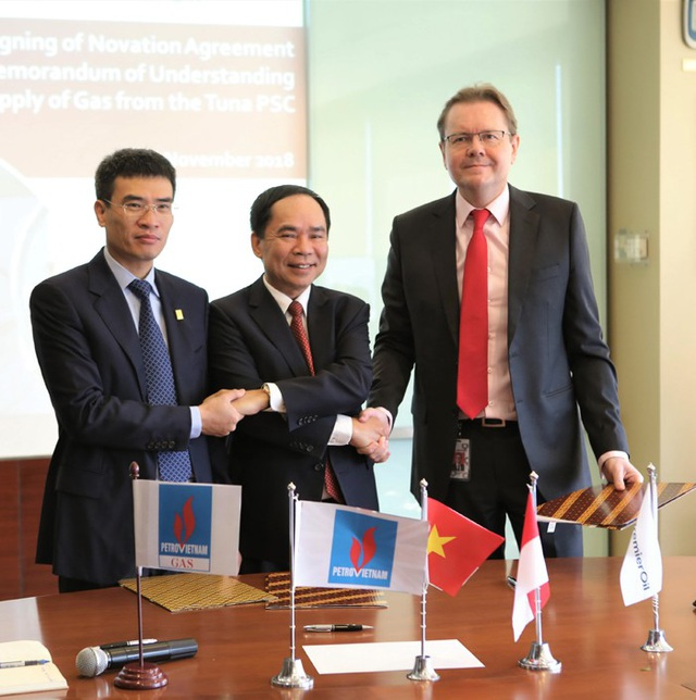 Nghi thức ký kết thỏa thuận chuyển nhượng MOU giữa ba bên.
