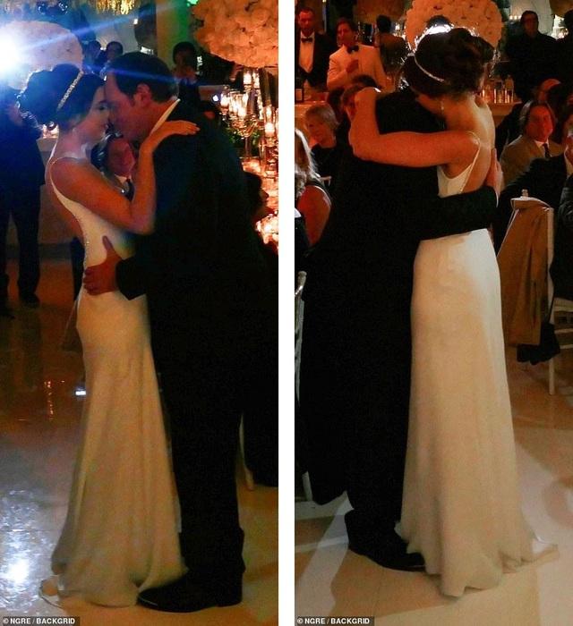 Cặp đôi cùng nhau khiêu vũ trong tiệc cưới.