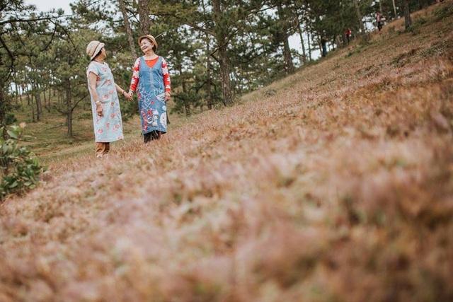 Được biết, đồi cỏ hồng, bối cảnh chụp bộ ảnh là một trong những điểm du lịch nổi tiếng ở Đà Lạt. Đây không chỉ là nơi check-in đơn thuần mà còn khá lý tưởng để bạn thực hiện các chuyến dã ngoại, cắm trại cùng người thân, bạn bè.