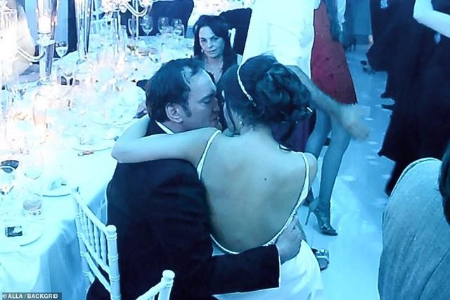 Xung quanh cặp đôi là bạn bè và người thân, nên hai người rất thoải mái.