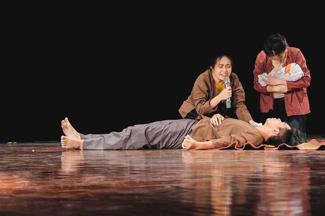 Nhóm kịch Life's so drama mang đến tiết mục kịch nói duy nhất trong vòng Chung khảo, với câu chuyện kể về người mẹ điên, nhưng vẫn dành hết tình cảm yêu thương cho đứa con của mình.