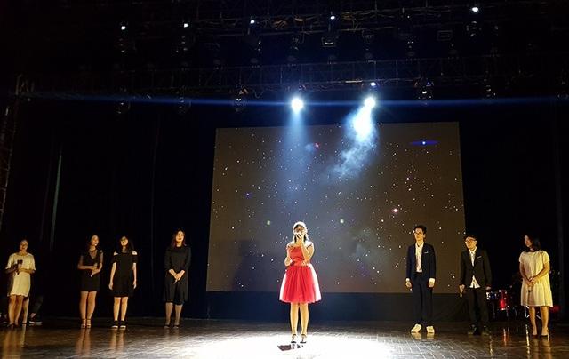"""Nhóm Glee Ams đã đưa khán phòng tới những cung bậc cảm xúc khác nhau, qua màn trình diễn mashup """"Price Tag"""" - """"Believer"""" - """"Firework"""", kết hợp với diễn xuất của mình."""