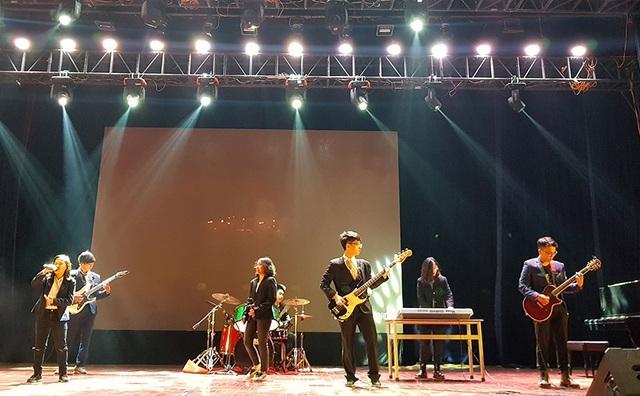 """Ban nhạc rock """"Nhật Mai và những người bạn"""" đã mang đến không khí sôi động và nhiệt huyết cho chương trình bằng những giai điệu sôi động"""