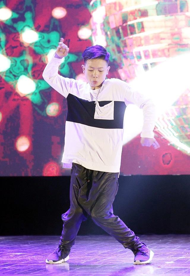 Một trong những thí sinh nhỏ tuổi nhất của vòng Chung khảo cuộc thi năm nay Nguyễn Quốc Bảo (lớp 8B) chinh phục và làm chủ sân khấu của AGT 11 với bài nhảy solo trên nền nhạc 24K Magic (Bruno Mars).
