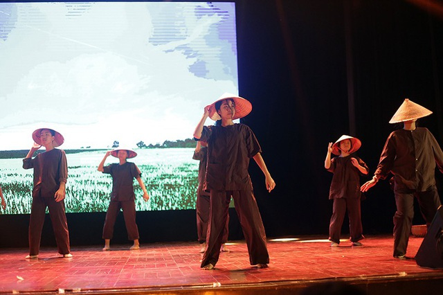 Các thành viên nhóm võ thuật HAMAC hóa thân thành những người nông dân Việt, truyền tải câu chuyện về cuộc chiến giữa cái thiện và cái ác với ngôn ngữ võ thuật kết hợp vũ đạo
