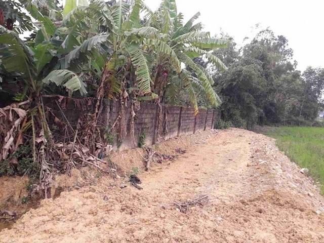 Nghĩa trang mở rộng sát tường rào người dân khiến hàng chục hộ dân xóm Thịnh Lạc, xã Nghi Vạn bức xúc phản đối.