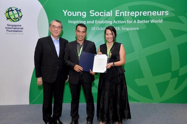 Bicky Nguyễn và Đặng Cao Nam (doanh nghiệp xã hội Cricket One của Việt Nam) vinh dự nhận giải thưởng từ Ngài Đại sứ Ong Keng Yong, Chủ tịch Quỹ Quốc tế Xing-ga-po (SIF). (Nguồn: SIF)