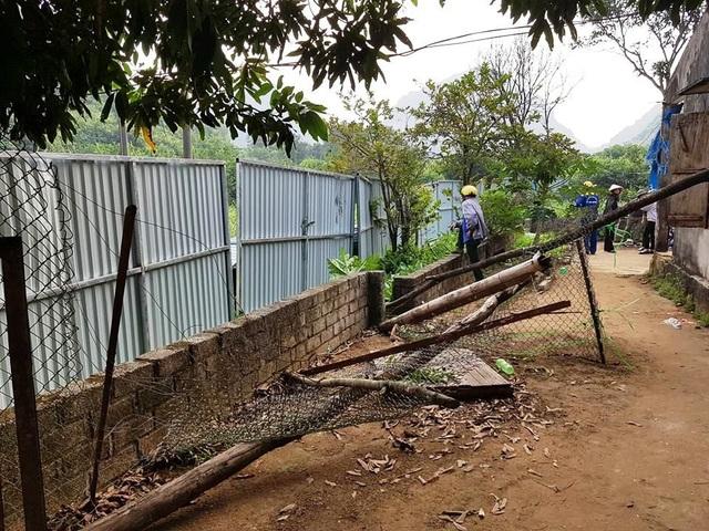 Tường rào nhà nơi chị Uyên thuê bị đập vỡ, sau đó được những người được chủ đầu tư thuê dựng hàng chục mét hàng rào tôn kiên cố để tiến hành triển khai dự án.