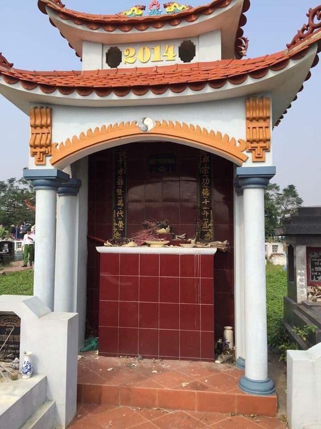 Rất nhiều bát hương trên các ngôi mộ ở thôn Nghĩa Trang (Hưng Yên) bị vỡ tan tành chỉ sau một đêm (Ảnh: CTV).