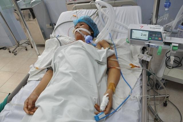 Bị tường đổ vào người khi đang đi làm khiến chị Tâm bị vỡ tim phải cấp cứu khẩn cấp.