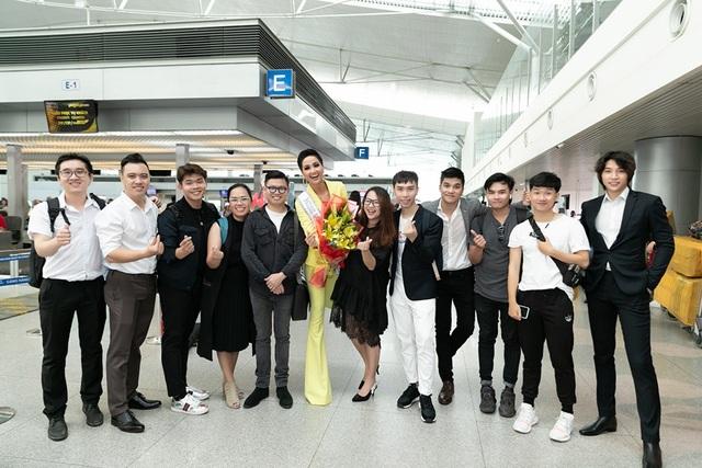 Xúc động trước tình cảm của gia đình và khán giả, Hoa hậu H'Hen Niê cho biết rất vui và hạnh phúc, cô không quên gửi lời cảm ơn và mong mọi người tiếp tục theo dõi và ủng hộ cô trong suốt hành trình Miss Universe.