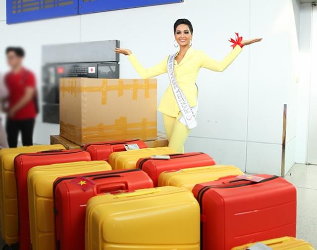 H'Hen Niê tiết lộ, cô mang theo 12 chiếc vali hành lý với gần 80 bộ trang phục bao gồm các loại trang phục, phụ kiện, đồ dùng cá nhân, thực phẩm… để đáp ứng thuận lợi các yêu cầu và hoạt động những ngày tham gia thi Miss Universe.