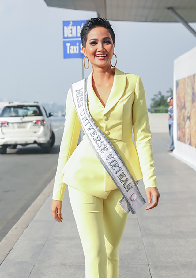 Gây ấn tượng với trang phục cá tính của nhà thiết kế Linh San, với áo vest sơ mi kết hợp cùng quần dài ôm dáng nổi bật, Hoa hậu H'Hen Niê khoe nhan sắc rạng rỡ, năng động cùng thần thái tự tin, cô sẽ đáp chuyến bay lúc 11h30 đến Thái Lan.