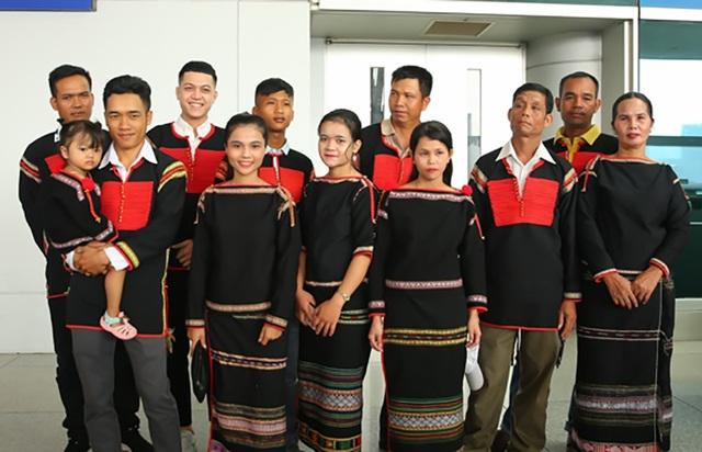 Bên cạnh khán giả, fan hâm mộ còn có gia đình và người thân của H'Hen Niê từ Đăk Lăk cũng vào Sài Gòn tiễn cô lên đường.