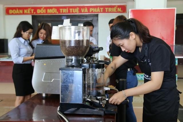 Du khách được thưởng thức cà phê miễn phí tại Ngày hội Cà phê Việt Nam