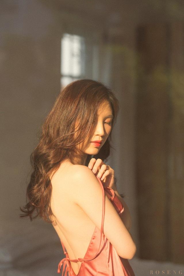 """Hoa hậu Thuỳ Linh nóng bỏng trong bộ ảnh """"giường chiếu"""" đón tuổi 30 - 2"""
