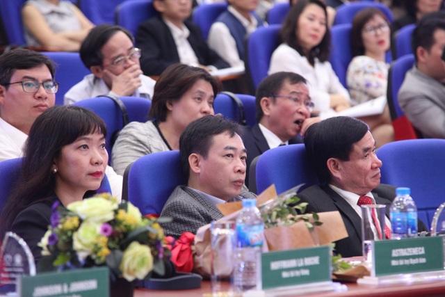 Đông đảo các nhà khoa học trong và ngoài nước tham dự hội nghị đánh giá công nghệ y tế tại Việt Nam.