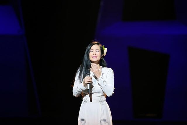 Dù sức khỏe không tốt, Hồng Nhung vẫn cố gắng tròn vai trên sân khấu.