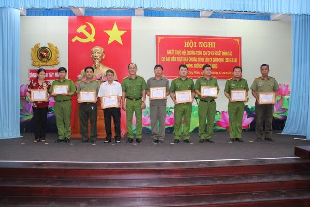Đại tá Lý Hồng Sinh - Phó Giám đốc Công an Tây Ninh, trao giấy khen cho tập thể và cá nhân có thành tích xuất sắc trong hoạt động phòng chống tội phạm mua bán người