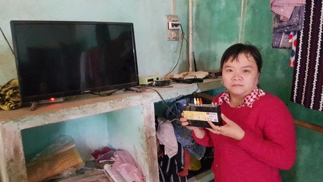 Chị Nguyễn Thị Sinh (46 tuổi, tổ dân phố Bàu Đưng) bên đầu thu kỹ thuật số không xem được tivi