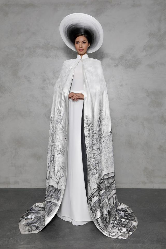 Bộ quốc phục này sử dụng phần áo lụa đen mờ cùng áo choàng đũi hai mặt trắng đen mang đậm những nét riêng của thời trang Việt Nam ở những năm thập niên trước.