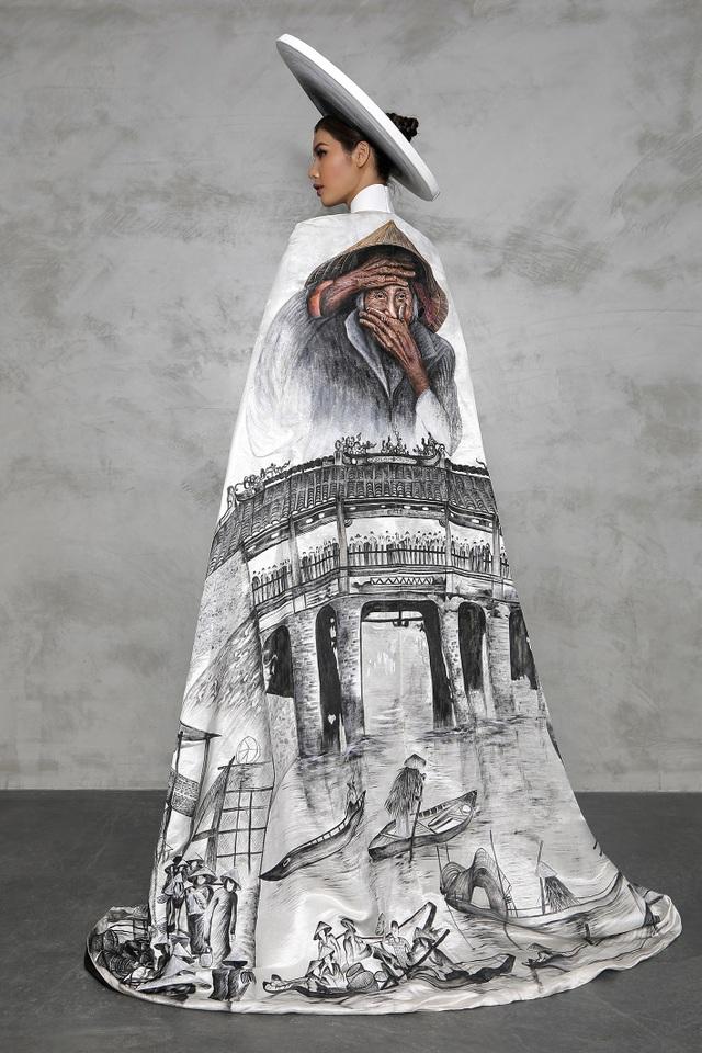 Trên chất liệu đũi thô được thiết kế dệt riêng, cùng lối vẽ điêu khắc trên vải đi cùng gam màu trắng xám đen, hình ảnh nụ cười đôn hậu của cụ Xong và khung cảnh quen thuộc của phố cổ Hội An được tái hiện đầy tinh tế và bay bổng.