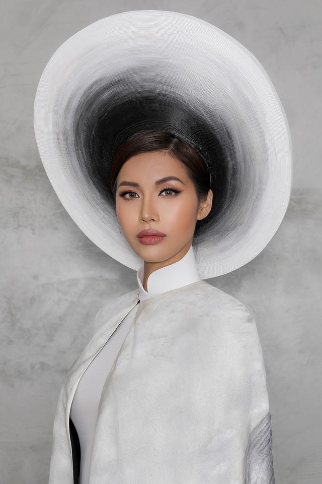 Điểm nhấn của bộ trang phục đặc biệt này còn ở chiếc mấn được vẽ loang bằng than chì độc đáo với sự cuốn xoáy sâu lắng thể hiện một nền trời văn hóa Việt nhiều rực rỡ lẫn thăng trầm.