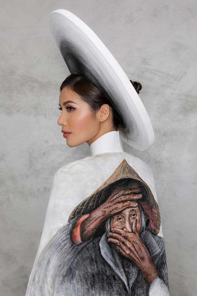 Chính hình ảnh Hội An – di sản văn hóa thế giới đặc trưng của Việt Nam cùng nụ cười của cụ Nguyễn Thị Xong đã được NTK Đinh Văn Thơ tận dụng đưa vào bộ áo dài truyền thống đầy thanh lịch và nhiều ý nghĩa.