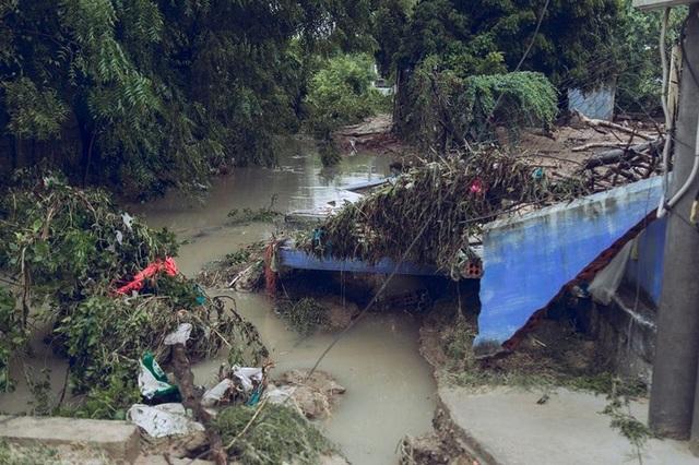 Nhiều vùng gần sông suối bị sạt lở nặng