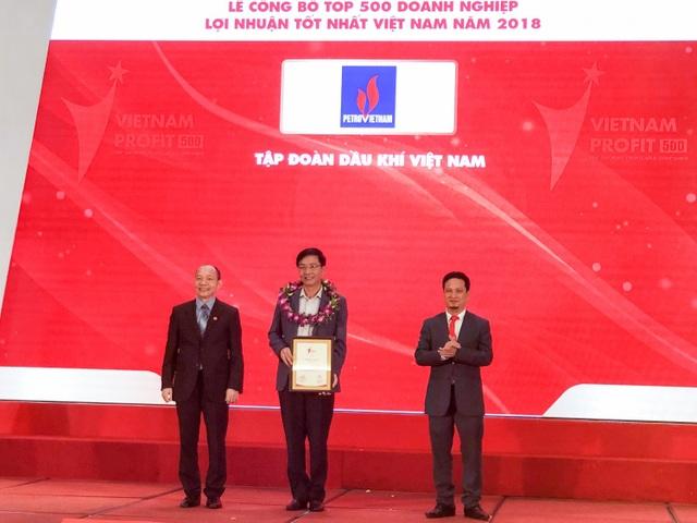 Ông Trần Quang Dũng - Uỷ viên Ban Thường vụ, Trưởng Ban Truyền thông và Văn hoá doanh nghiệp PVN đại diện lãnh đạo Tập đoàn Dầu khí Việt Nam nhận vinh danh doanh nghiệp có lợi nhuận tốt nhất Việt Nam năm 2018.