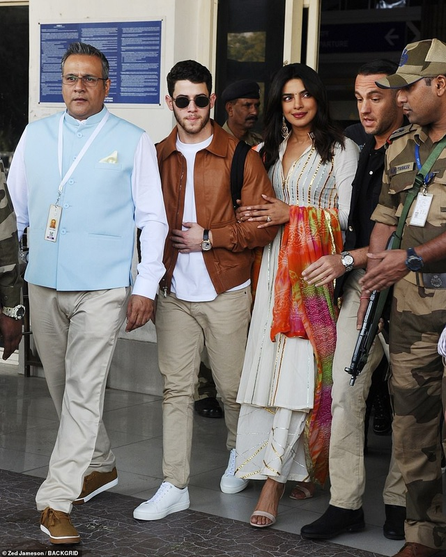 Priyanka Chopra, 36 tuổi và chồng sắp cưới Nick Jonas, 26 tuổi xuất hiện tại Jodhpur, Ấn Độ ngày 29/11 vừa qua để chuẩn bị cho đám cưới của mình