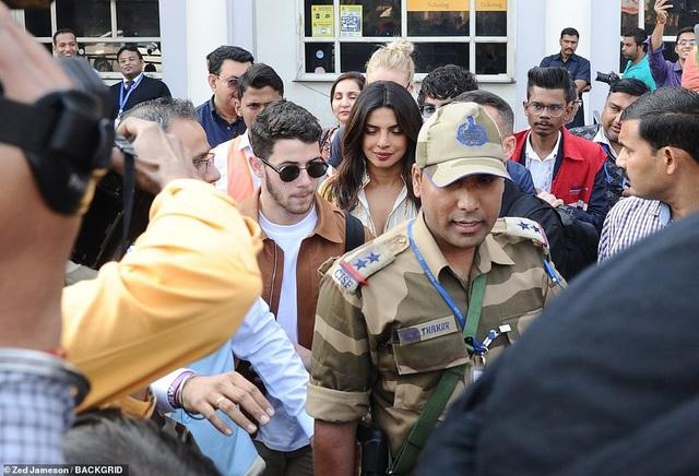 Hoa hậu thế giới năm 2000 Priyanka Chopra và ca sỹ 26 tuổi Nick Jonas mới hẹn hò được chừng hơn 6 tháng nhưng quen biết nhau đã lâu