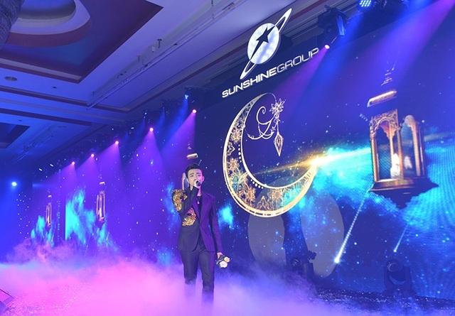 Ca sỹ Soobin Hoàng Sơn hòa chung không khí buổi lễ với những ca khúc hit đình đám.