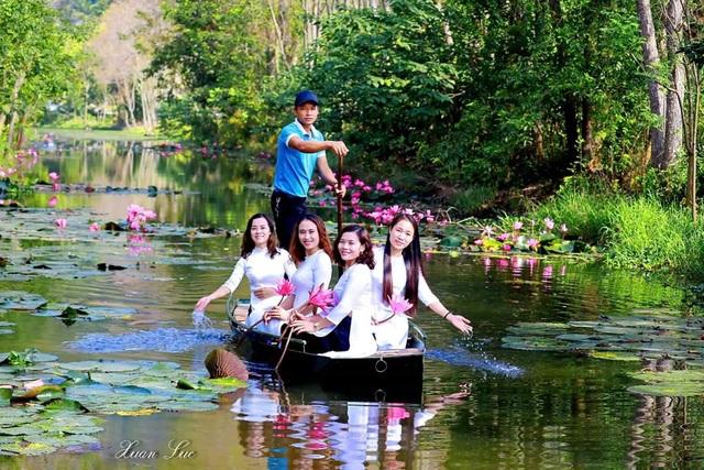 Du khách có thể thuê thuyền để ngắm cảnh và chụp ảnh.