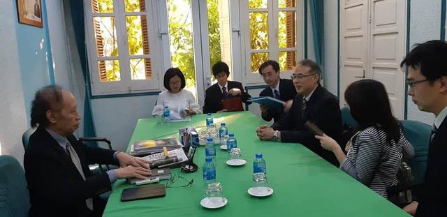 Nhà báo Phạm Huy Hoàn, Giám đốc Quỹ Khuyến học Việt Nam, Tổng Biên tập báo Dân trí (trái) tiếp ông Ota Ichiro, Giám đốc Ban Giao lưu và Công tác xã hội tổ chức Phật giáo Shinnyo-en Nhật Bản cùng các thành viên trong đoàn đến thăm tòa soạn báo Dân trí