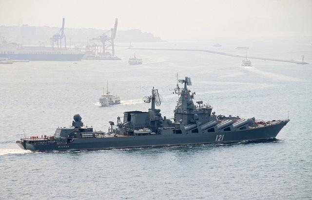 Một tàu chiến Nga đi qua eo biển Bosporus của Thổ Nhĩ Kỳ (Ảnh minh họa: EPA)