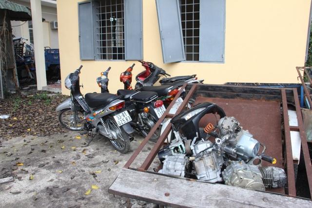 Trong nhà Công còn nhiều xe máy và các linh kiện xe máy đã được tháo rời