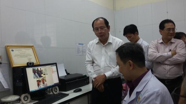 PGS Tăng Chí Thượng (người đứng ngoài cùng bên trái) tham gia cuộc hội chẩn trực tuyến giữa trạm y tế bà bệnh viện