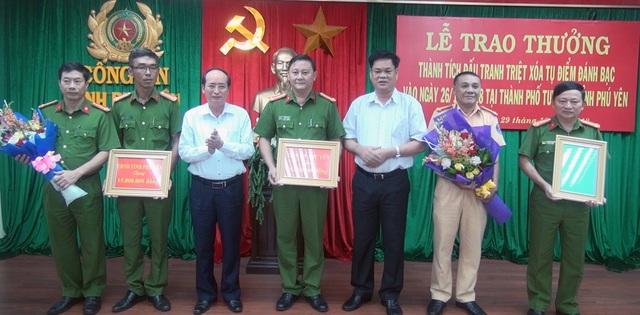 Ông Huỳnh Tấn Việt, Bí thư Tỉnh ủy Phú Yên gửi thư khen kèm theo tiền thưởng 15 triệu đồng cho Công an Phú Yên