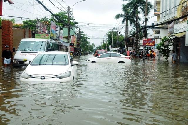 """Cơn bão số 9 (Usagi) đã """"ngâm nước"""" hàng ngàn chiếc ô tô trên các tuyến đường tại TPHCM."""