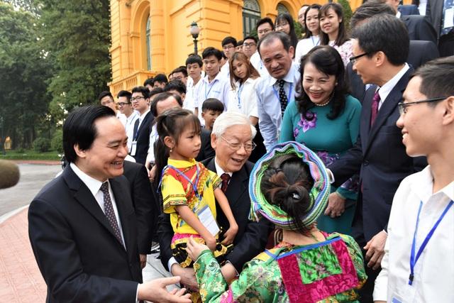 Tổng bí thư, Chủ tịch nước bế học sinh khuyết tật.
