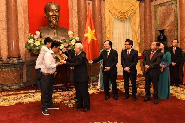 Tổng Bí thư, Chủ tịch nước Nguyễn Phú Trọng tặng ảnh Bác Hồ cho các cháu học sinh, sinh viên tiêu biểu, xuất sắc.