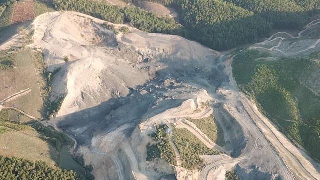 Phía trên cao có nhiều khoảng đất có màu đen như than bị đào bới dở dang