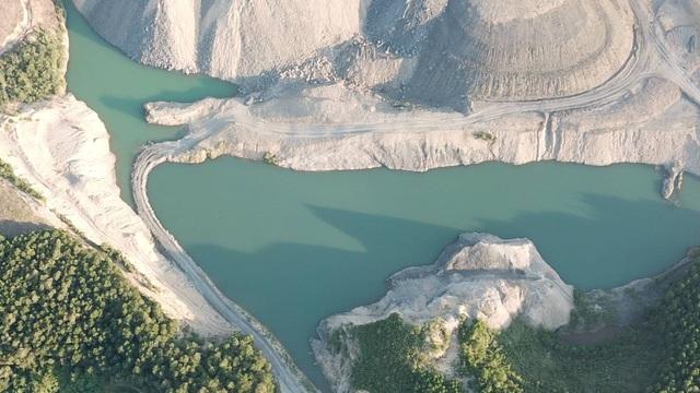 Khai thác, đào bới đã biến nơi đây thành những hố sâu rộng như ao, hồ