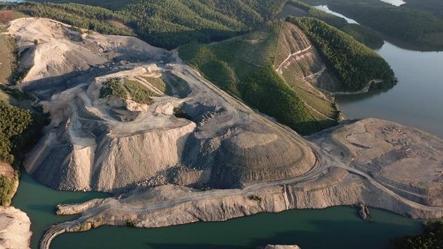 Hơn 30 ha đất bị đào bới nham nhở, sâu gần chục mét nhưng lượng than tận thu chỉ có gần 7.000 tấn.