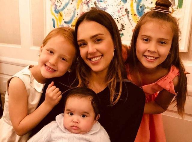 Jessica Alba bên các con