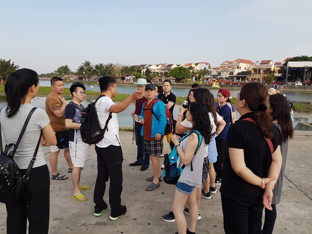 Khách du lịch đến từ Trung Quốc tham quan Hội An